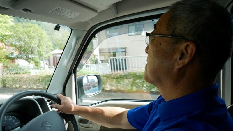 トラックを運転するスタッフ