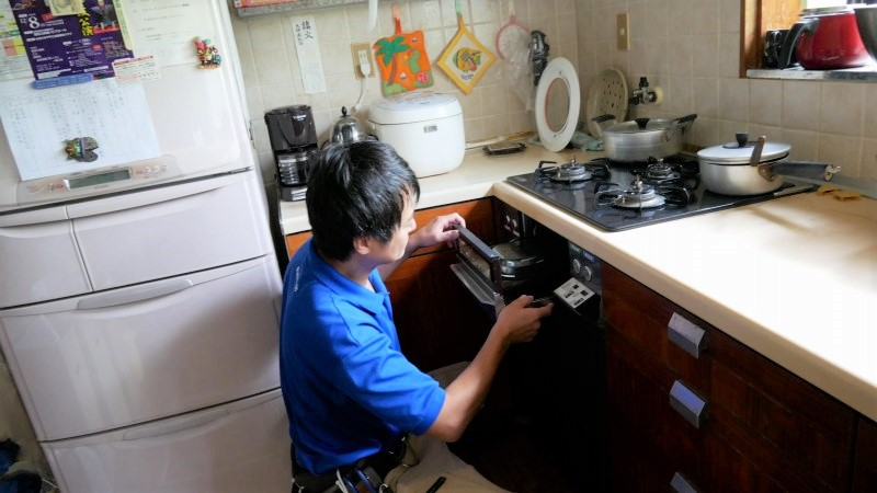 キッチンのリフォームを説明するスタッフ